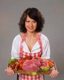 Junge Frau bietet Fleischprodukte an Lizenzfreies Stockfoto