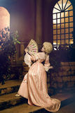 Junge Frau Bild im des 18. Jahrhunderts, das im Weinleseäußeren aufwirft Stockfotografie