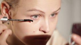 Junge Frau bildet ihre Augen. stock video footage