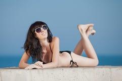 Junge Frau bräunt sich auf geöffneter Luft Stockfoto