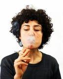 Junge Frau brennt Rauch durch Stockfotos