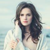 Junge Frau Brunette-Modell Dreaming Outdoors stockbilder