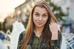 Junge Frau am Brunnen Lizenzfreie Stockfotos
