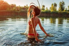 Junge Frau in dem Bikiniherausspringen des Wassers und Spritzen machend Krasnodar Gegend, Katya lizenzfreies stockbild