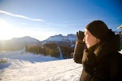 Junge Frau in den Alpen-Bergen, die vorwärts schauen Lizenzfreie Stockfotos
