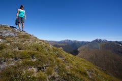 Junge Frau in den Bergen Stockfoto