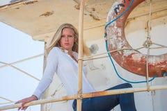 Junge Frau in den Blue Jeans Stockfotografie
