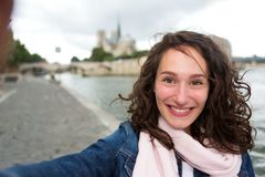 Junge Frau an den Feiertagen in Paris, das selfie in der Front auf Notre nimmt Lizenzfreies Stockbild
