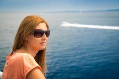 Junge Frau in den Ferien Stockfotografie
