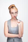 Junge Frau in den Gläsern denkt an das Lösen des Problems Stockfoto