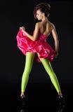 Junge Frau in den grünen Strumpfhosen und in einem roten kurzen Kleid Stockbilder