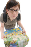 Junge Frau in den großen Gläsern hält Karte an stockfotografie