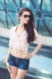 Junge Frau in den Jeans schließen kurz Art und Weise Stockfotos