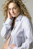 Junge Frau in den Jeans und im geöffneten Hemd Stockfotografie