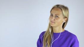 Junge Frau in den Kopfhörern stock footage