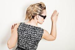 Junge Frau in den Sonnenbrillen Stockbild