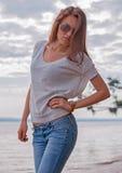 Junge Frau in den Sonnenbrillen Stockfotos
