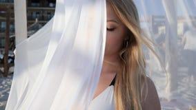 Junge Frau in den weißen Vorhängen auf Bungalow, Porträt sexy stock footage