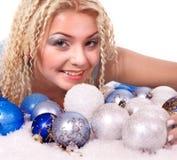 Junge Frau in den Weihnachtskugeln. Lizenzfreie Stockfotografie