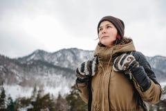 Junge Frau in den Winter mountais Lizenzfreie Stockfotos