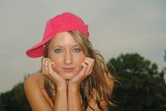 Junge Frau der Abbildung in der Schutzkappe Stockfoto