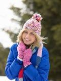 Junge Frau in der alpinen Schnee-Szene Lizenzfreies Stockbild