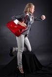 Junge Frau der Art und Weise mit rotem Beutel Stockbilder