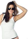 Junge Frau der Art und Weise mit Sonnenbrillen Stockfoto