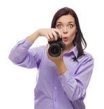 Junge Frau der attraktiven Mischrasse mit DSLR-Kamera auf Weiß Stockbilder