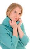 Junge Frau in der bequemen warmen Strickjacke Stockfoto