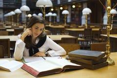 Junge Frau in der Bibliothek Stockfotografie