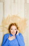 Junge Frau in der blauen Blusenunterhaltung Stockbilder