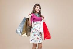 Junge Frau in der bunten Ausstattung Lizenzfreies Stockbild