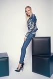 Junge Frau in der Denimkleidung Lizenzfreies Stockfoto