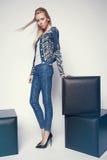 Junge Frau in der Denimkleidung Lizenzfreie Stockfotografie
