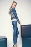 Junge Frau in der Denimkleidung Stockfotos