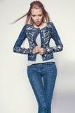 Junge Frau in der Denimkleidung Stockfoto