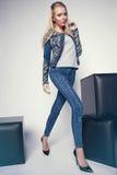 Junge Frau in der Denimkleidung Lizenzfreie Stockbilder