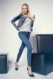 Junge Frau in der Denimkleidung Lizenzfreie Stockfotos