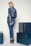Junge Frau in der Denimkleidung Lizenzfreies Stockbild