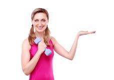 Junge Frau der Eignung, die Ihr Produkt anzeigt Lizenzfreies Stockbild