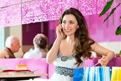 Junge Frau in der Eisdiele Lizenzfreies Stockfoto