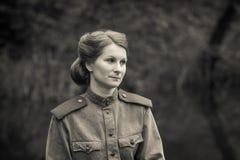 Junge Frau in der Form der roten Armee Stockfotografie