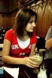 Junge Frau in der Gaststätte lizenzfreies stockbild