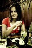 Junge Frau an der Gaststätte stockfoto