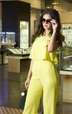 Junge Frau in der gelben Kleidung Stockfotos