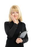 Junge Frau in der Geschäftskleidung, die einen Planer anhält Lizenzfreie Stockfotografie