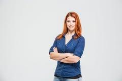 Junge Frau der glücklichen überzeugten Rothaarigen, die mit den Armen gekreuzt steht stockbilder