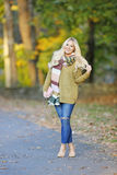 Junge Frau in der Herbsthaltung Lizenzfreie Stockbilder