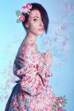 Junge Frau der japanischen Art im Kimono über Blumenillustration Lizenzfreie Stockfotos